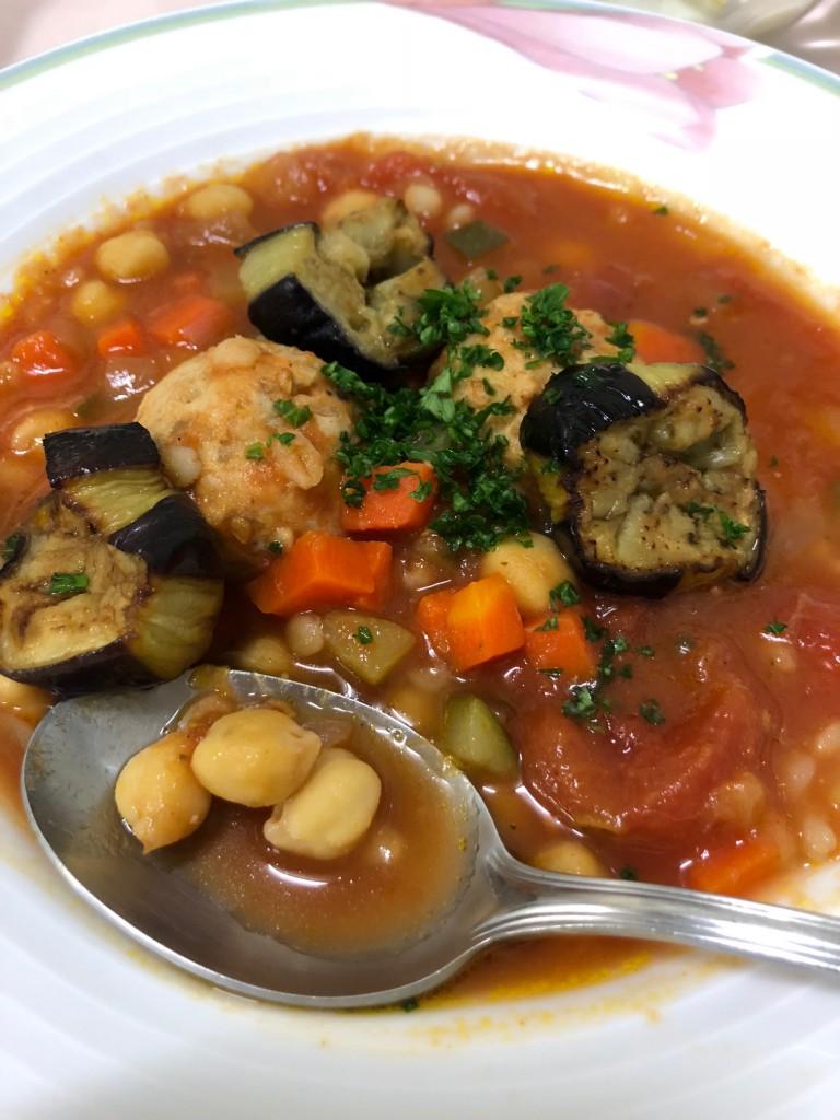 鶏団子入り食べるトマトスープ